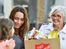 Salvo giving Christmas hamper to woman and daughter